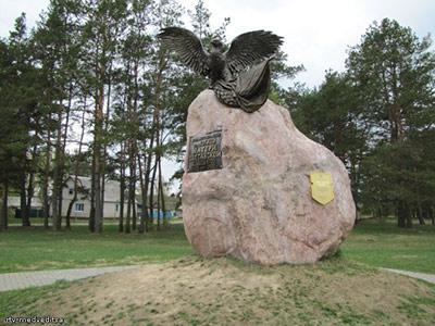 бронзовый орел памятник в лесной фото