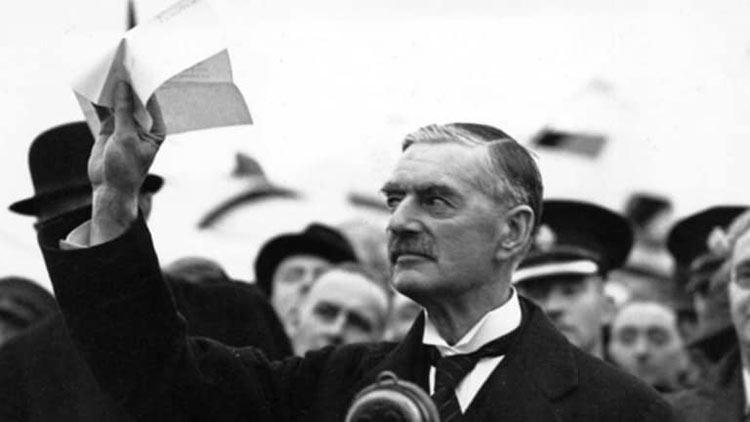Чемберлен хвастается подписанным мюнхенским договором