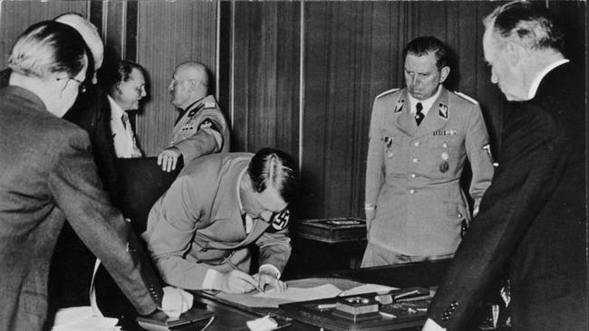 Гитлер подписывает мюнхенский договор