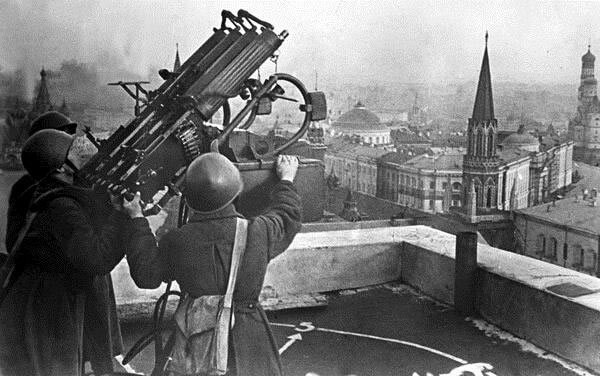 Советские зенитчики на крыше гостиницы Москва 1941
