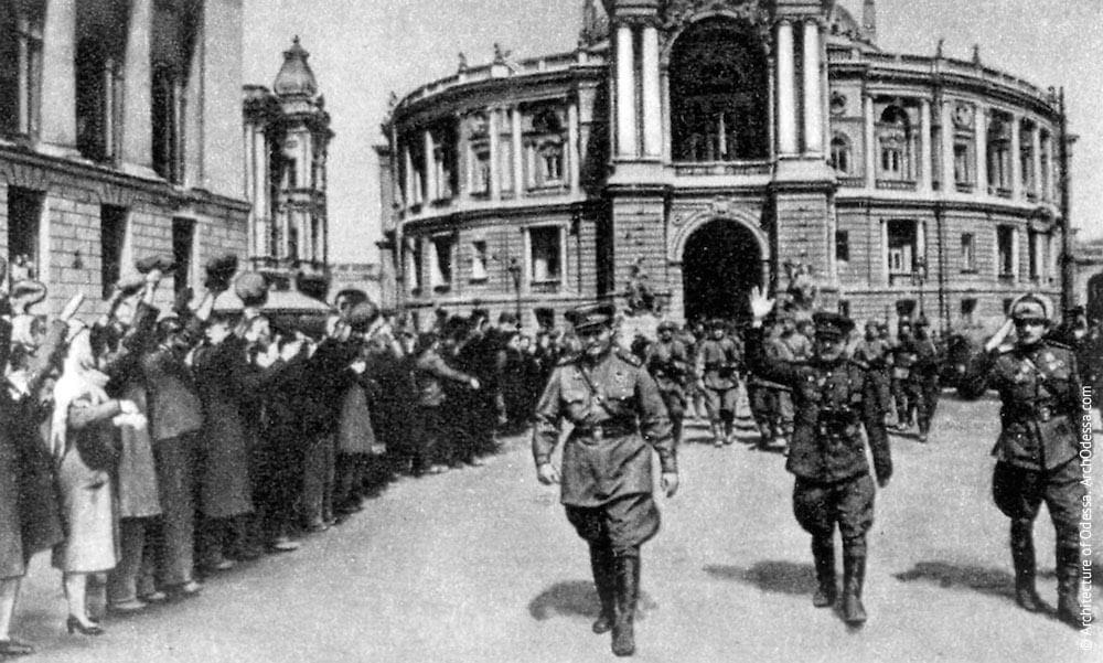 Советские солдаты в городе Одесса 1944