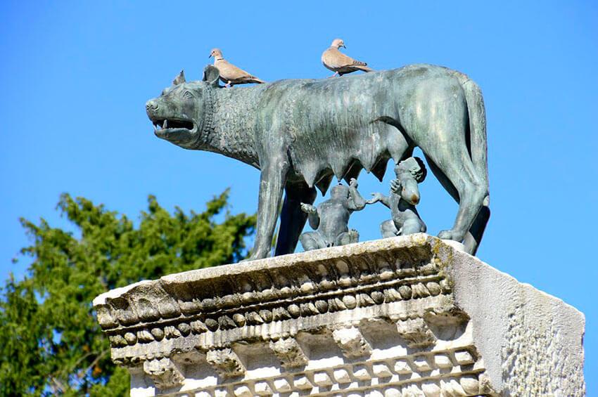 Волчица кормит ромула и рема - памятник