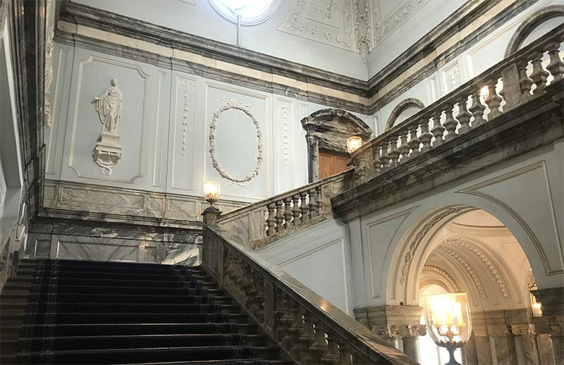 Парадная лестница в Мраморном дворце