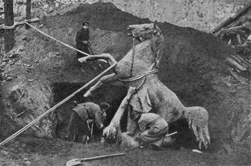 Скульптуры коней с Аничкова моста закапывают во время блокады