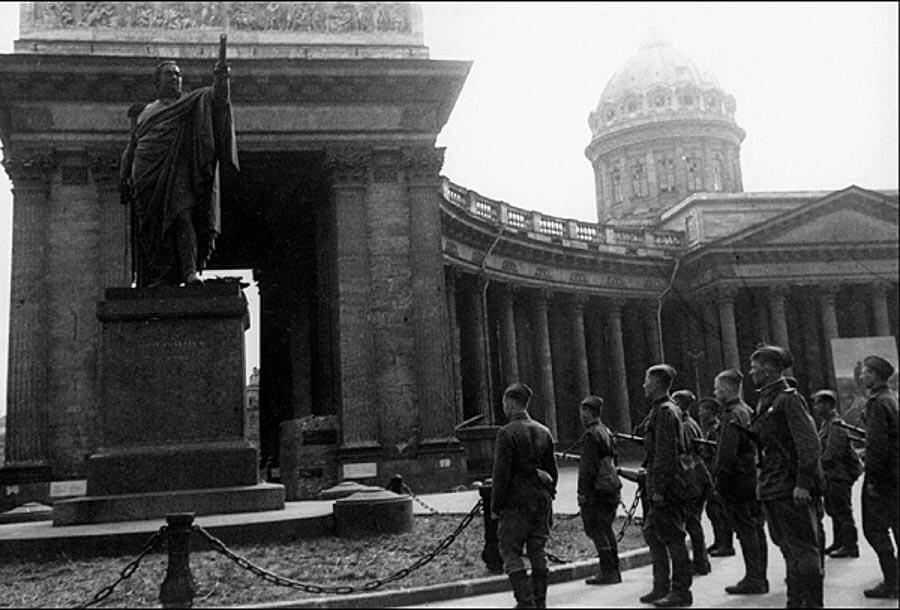 Солдаты возле Казанского собора во время 2 мировой